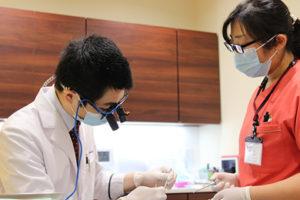 歯科治療中の清水 雄一郎