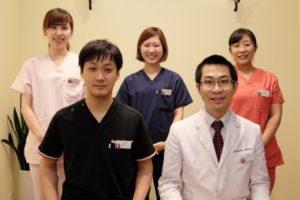 虫歯治療を行う歯科医師と歯科衛生士